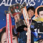 喜びを爆発しながら優勝トロフィーを持つ峰竜太選手